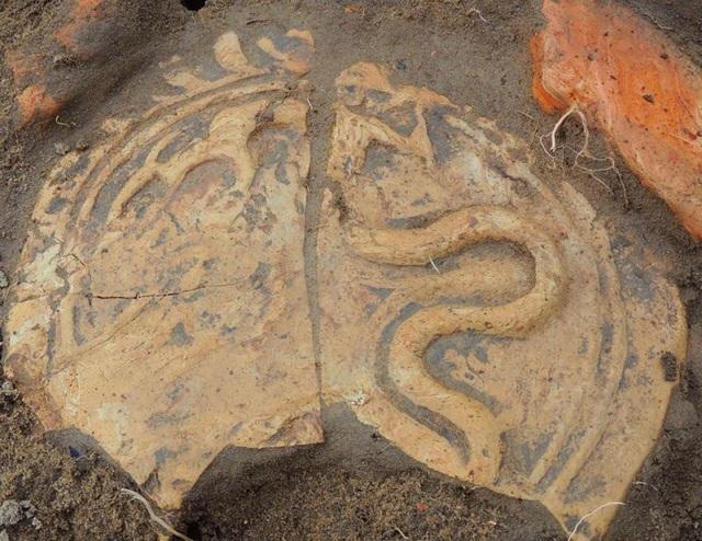 Nhiều hiện vật đã được tìm thấy tại đền Huyện