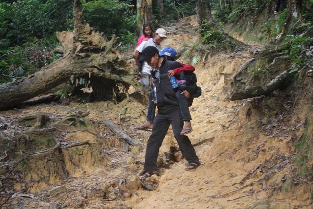 Những thầy cô băng rừng, cõng các em học sinh đến trường
