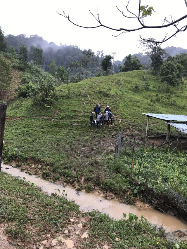 Đội mưa rét để dẫn nước về trường
