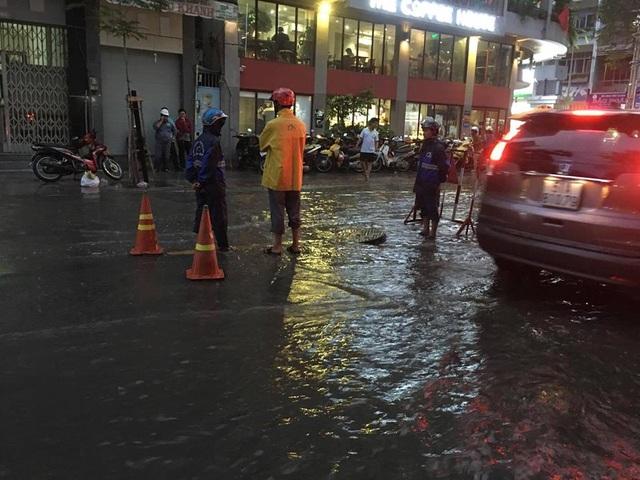 Nhiều ô tô xếp hàng, di chuyển chậm vì sợ nước đẩy vào nhà dân