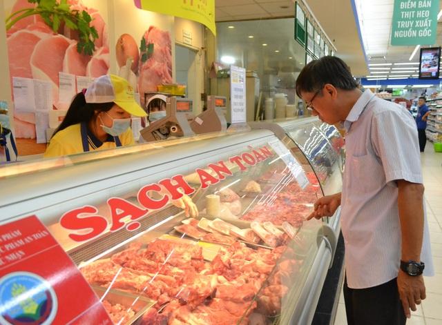 Theo khảo sát của Sở Công Thương Đồng Nai, giá bán thịt heo tại các chợ, trung tâm thương mại vẫn ở mức cao trong khi giá heo hơi giảm trong thời gian dài.