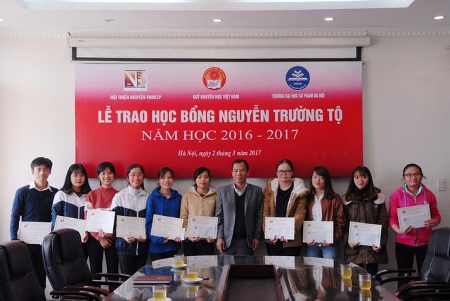 Lãnh đạo Nhà trường cùng 10 em sinh viên được nhận học bổng Nguyễn Trường Tộ năm học 2016 - 2017