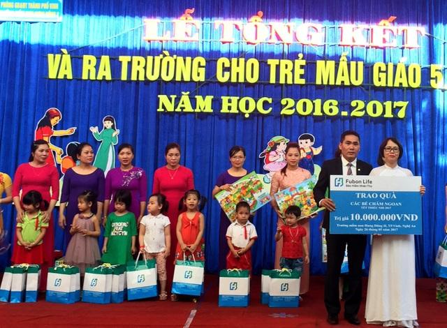 Ông Nguyễn Quang Ánh, Giám Đốc Văn phòng Tổng Đại lý Fubon Life Việt Nam tại thành phố Vinh trao quà tại Trường Mầm Non Hưng Dũng II, thành phố Vinh, Nghệ An.