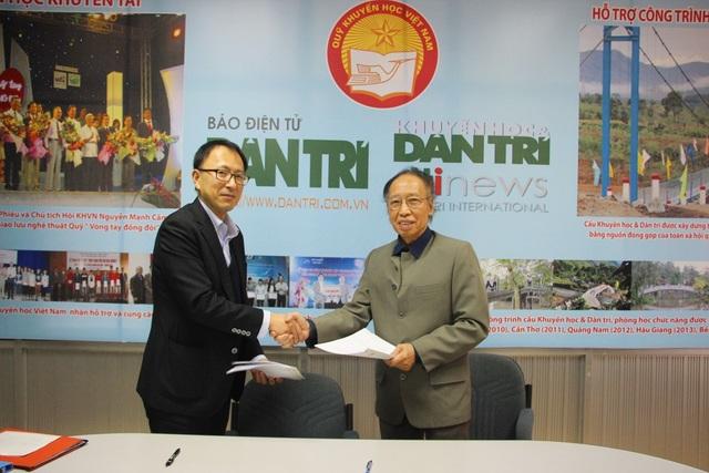 Nhà báo Phạm Huy Hoàn, Giám đốc Quỹ Khuyến học Việt Nam (phải) và ông Shimada Hideki cùng trao thỏa thuận tài trợ đã ký giữa 2 bên