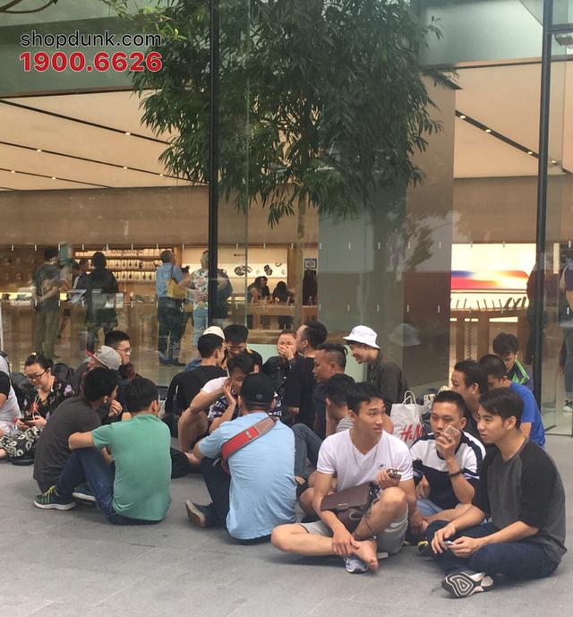 Người Việt xếp hàng tại Apple Store Singapore ngày 31/10.