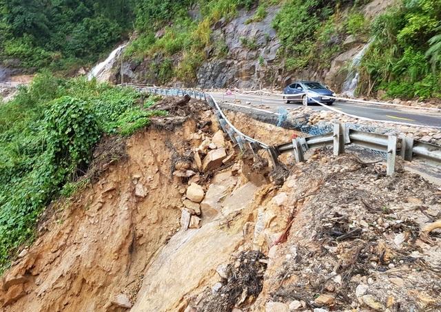 Đến chiều 2/12, đường Nha Trang - Đà Lạt đang bị tê liệt, hàng loạt phương tiện phải quay đầu do sạt lở ước khoảng 7.000m3 đất đá