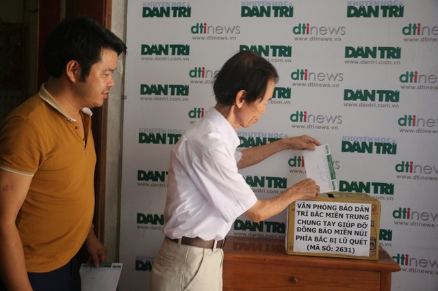 Trưởng VP đại diện báo Dân trí Bắc Miền Trung Phan Duy Thảo và Phó văn phòng Nguyễn Văn Dũng ngoài tham gia ủng hộ 2 ngày lương giúp đồng bào miền núi bị lũ quét còn ủng hộ thêm mỗi người 500.000 đồng