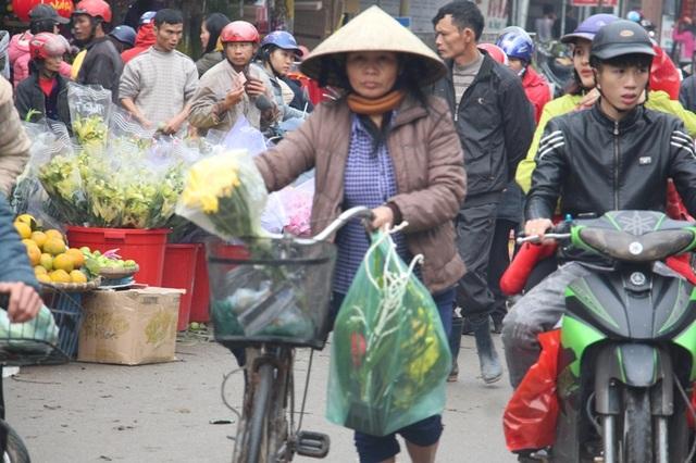 """""""Chen chân"""" sắm Tết trong phiên chợ ngày cuối năm - 24"""