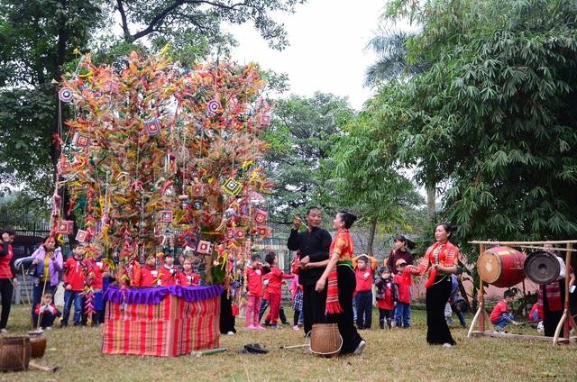 Màn biểu diễn tái hiện điệu Xòe Chá – một sinh hoạt văn hóa tín ngưỡng của người dân tộc Thái ở Mộc Châu, Sơn La.