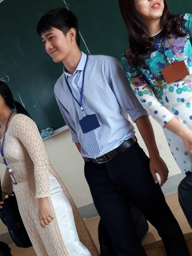 Thầy giáo điển trai vừa vào lớp đã khiến học trò ngoan ngoãn vâng lời.
