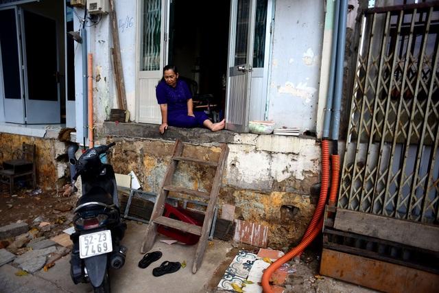 Gia đình bà Dương Thị Ngọc Xỉm (66 tuổi) đã sống hơn 30 năm ở đây. Nền nhà bà Xỉm cao hơn vỉa hè 1,3 m.