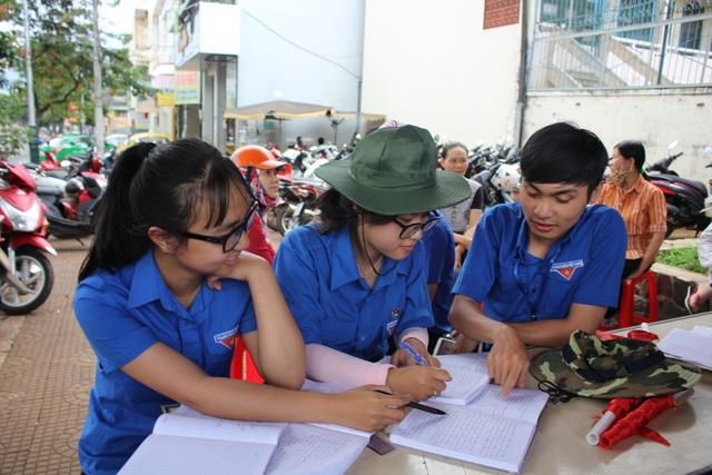 Các học sinh THPT vừa tham gia tiếp sức mùa thi, trong thời gian rảnh đã giúp nhau học bài