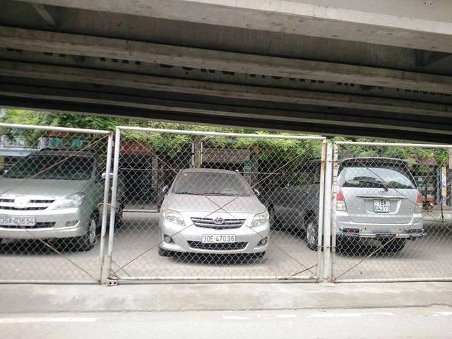 Gầm cầu vượt Thanh Bình bị xẻ thịt cho thuê làm bãi đỗ xe ô tô diễn ra trong thời gian dài, bất chấp pháp luật.
