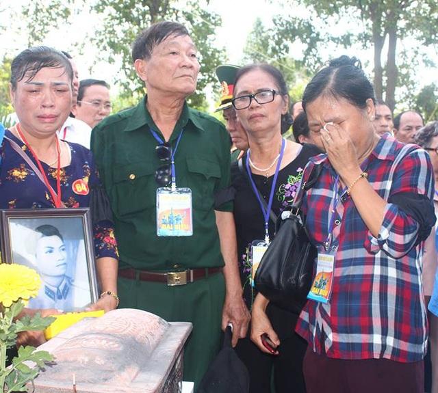 Thân nhân các liệt sĩ xúc động nghẹn ngào khi đứng trước di quách các liệt sĩ tại buổi truy điệu và an táng