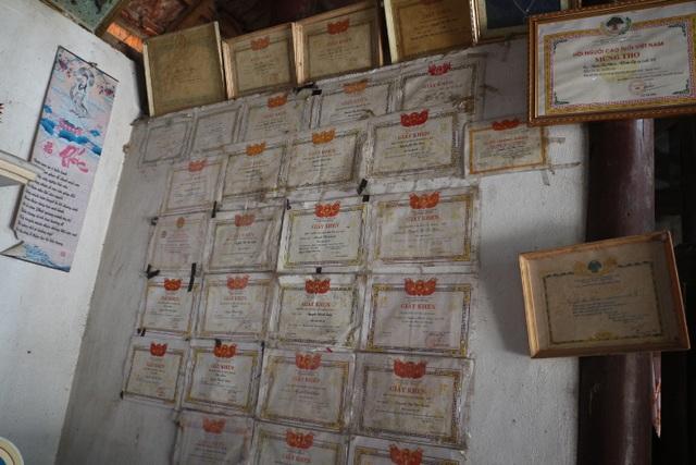 Trong căn nhà cũ trống tuếch, những tấm giấy khen của 3 đứa con anh có lẽ là tài sản quý giá nhất