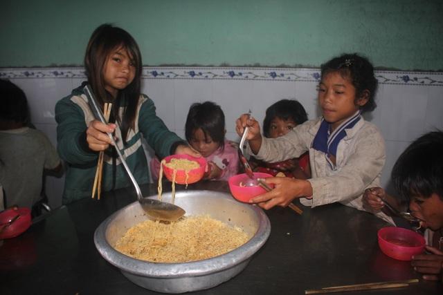 Mỗi sáng các em đều ăn chung gói mì tôm để đến trường học
