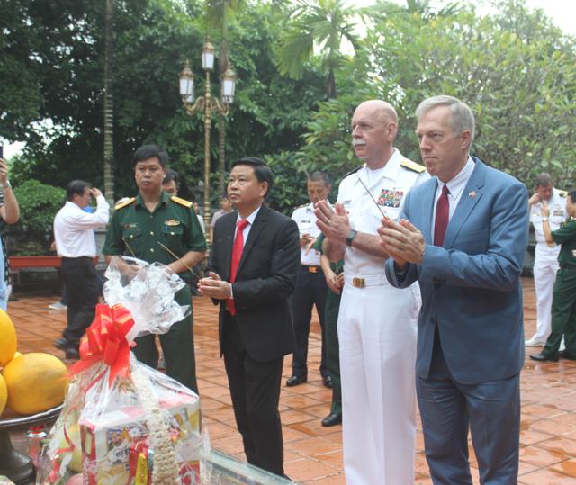 Đại sứ Osius cho biết ông rất cảm động và ấn tượng khi có cơ hội tìm hiểu về lịch sử Việt Nam thông qua chuyến thăm tới khu di tích Bạch Đằng Giang.
