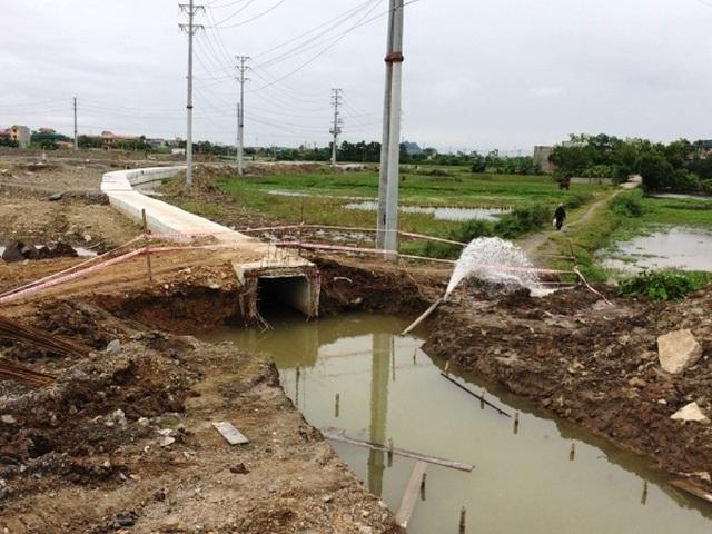 Hệ thống thoát nước trong CCN Cầu Yên xây dựng dở dang, nhếch nhác.