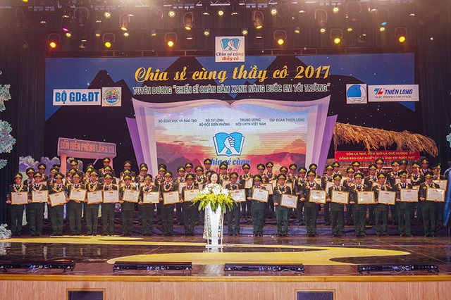 """Bà Trương Thị Mai, Ủy viên Bộ Chính trị, Bí thư Trung ương Đảng, Trưởng ban Dân vận Trung ương biểu dương và tôn vinh những nỗ lực cố gắng của các """"giáo viên mang quân hàm xanh"""""""