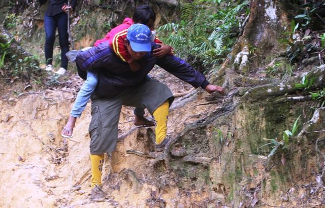 """Đường đi vào bản rất hiểm trở """"bên núi, bên vực"""", các thầy cô giáo phải mất cả ngày để đến được bản"""