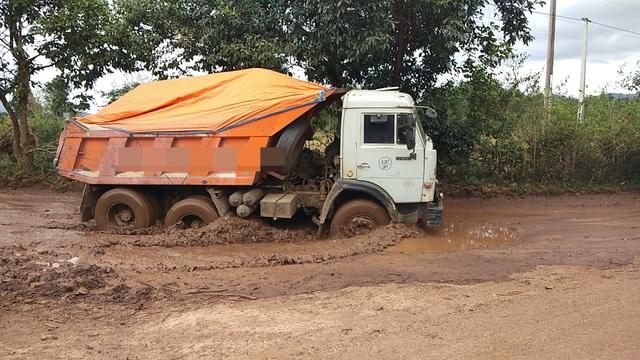 Những xe tải hạng nặng ngang nhiên vận chuyển cát trái phép trên đường
