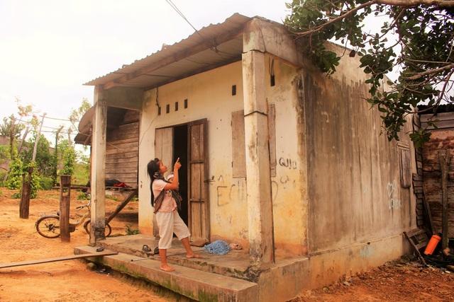 Trong khi đợi chính quyền đòi lại đất bị lấn chiếm thì nhà cửa của bà con cũng bị hư hại nghiệm trọng