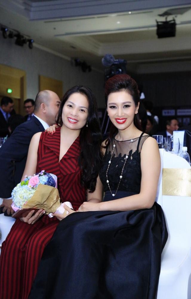 Bà nhận được hoa chúc mừng của Á hậu thế giới Nguyễn Thu Hương – Trưởng BTC chương trình vinh danh Top 100 PCDN.