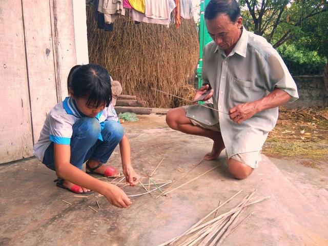 Em Đặng Thị Hương (SN 2009, trú tại xóm 3, xã Nghi Đồng) sinh ra cũng chẳng biết bố mình là ai nên phải mang theo họ mẹ nhưng rồi mẹ em cũng bỏ em lại cho ông bà ngoại bỏ đi biệt xứ nhiều năm nay.