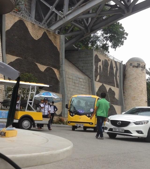 Xe điện Hoàng Hồng Vân đậu kín cổng khu du lịch khiến với cả chục người lạ mặt đã khiến cho việc đón tiếp khách du lịch tại Hòn Dấu bị trở ngại.