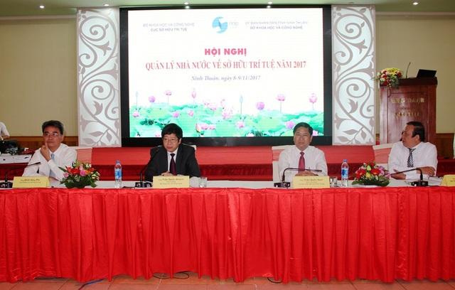 Thứ trưởng Trần Quốc Khánh; ông Trần Quốc Nam, Phó Chủ tịch UBND tỉnh Ninh Thuận; ông Đinh Hữu Phí Cục trưởng Cục SHTT …chủ trì Hội nghị.