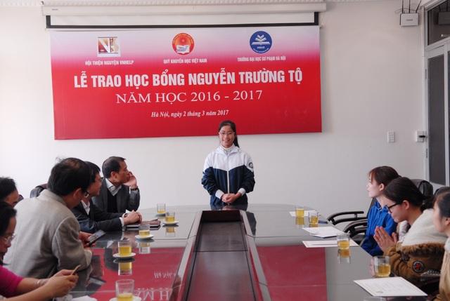Sinh viên Phùng Thị Hạnh, năm thứ nhất (K66) ngành Sư phạm Toán học - trường ĐHSP Hà Nội phát biểu tại Lễ trao học bổng Nguyễn Trường Tộ năm học 2016 - 2017.