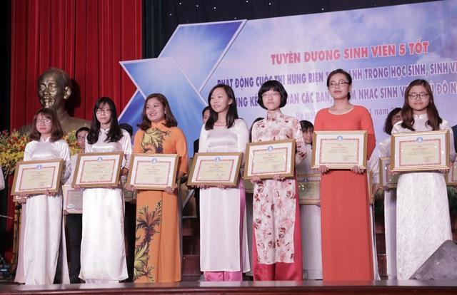 """Hội Sinh viên Hà Nội cũng trao 7 giải thưởng tập thể """"Sinh viên 5 tốt"""" cấp Trung ương cho 7 trên tổng số 12 tập thể trên cả nước đạt danh hiệu này. Một điều bất ngờ là cả 7 tập thể này đều đến từ ĐH Ngoại ngữ - ĐH Quốc gia Hà Nội."""
