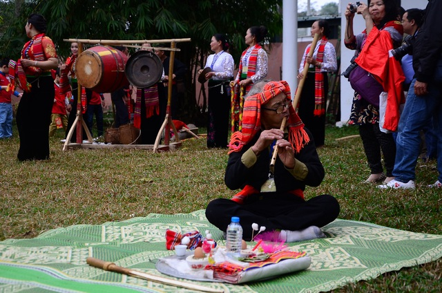 Người thổi sáo trong màn diễn Xòe Chá. Trên vùng cao, dịp lễ này cũng là khoảng thời gian để thanh niên bản tìm hiểu nhau, thể hiện nét văn hóa ứng xử trong tình yêu đôi lứa.