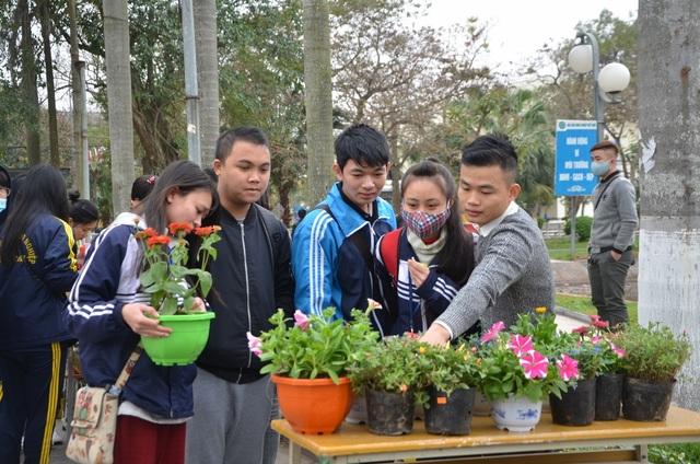 Để chuẩn bị cho hoạt động này, hơn 600 cây giống đã được các bạn sinh viên chuẩn bị, với gần 40 loại cây khác nhau như hoa hồng, sen đá, dạ yến thảo, cúc sao... được phân loại tương ứng từ 1 đến 7 sao, đáp ứng được nhu cầu và phù hợp với sở thích của những người tới đổi giấy.