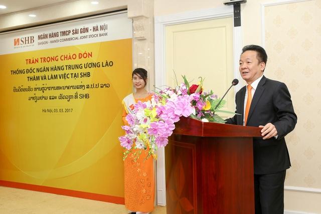 Chủ tịch HĐQT Đỗ Quang Hiển báo cáo Thống đốc Somphao Phaysith về các kết quả kinh doanh SHB đạt được trong năm qua