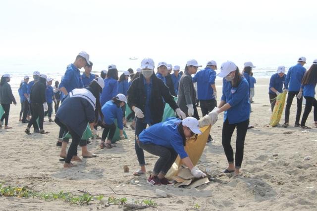 Trong sáng nay hơn 2km bờ biển Xuân Thành (xã Xuân Thành, huyện Nghi Xuân) đã được dọn sạch