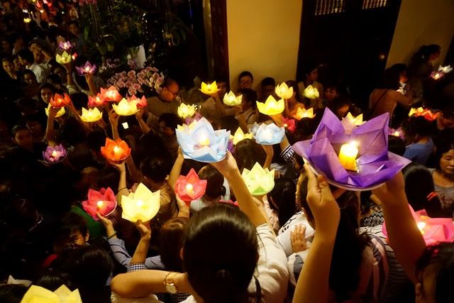 Hàng nghìn người cùng chờ đợi để thả đèn hoa đăng trong lễ Phật đản.