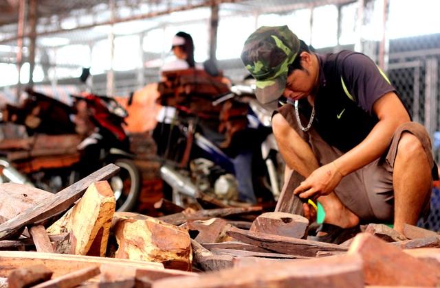 Về Bắc Ninh xem khu chợ gỗ quý tiền tỉ bán theo cân - 4