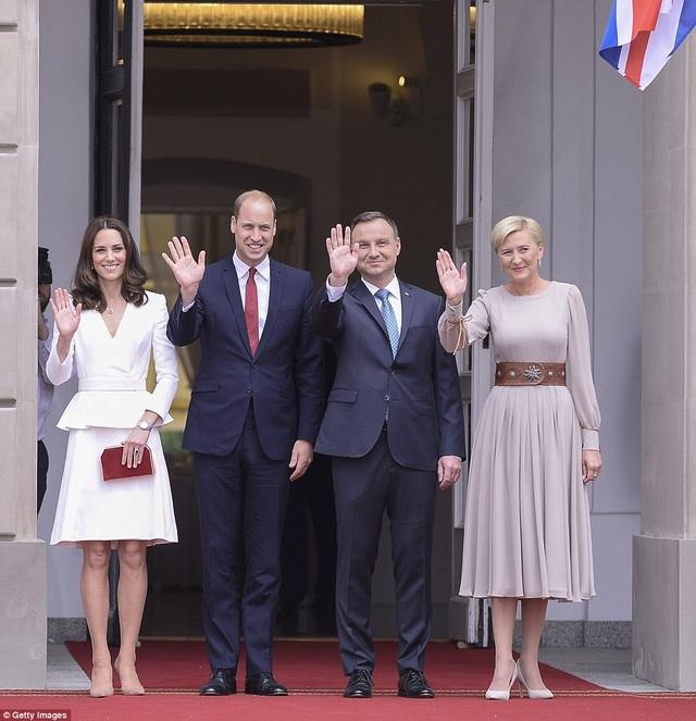 Hoàng tử William và Công nương Kate được Tổng thống Ba Lan Andrzej Duda và Đệ nhất phu nhân Agata Kornhauser-Duda đón tiếp tại dinh tổng thống ở thủ đô Warsaw. (Ảnh: Getty)