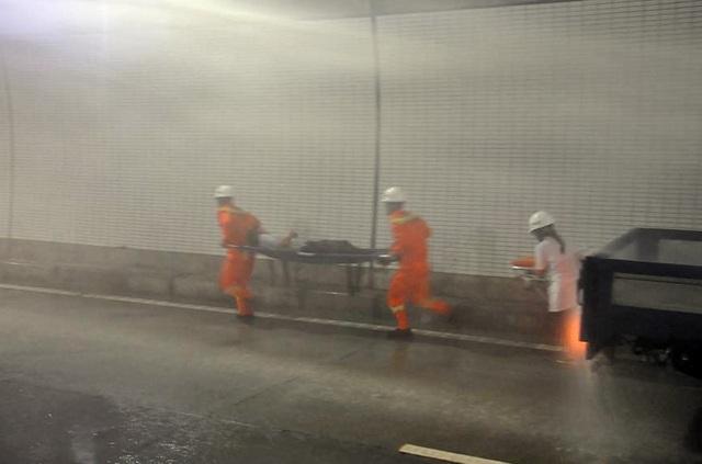 Lực lượng cứu thương sơ cứu người bị nạn rời khỏi hiện trường