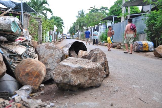 Lo sợ nguy cơ xảy ra tai nạn giao thông, nhất là đối với trẻ em, các hộ dân sống dọc 2 bên tuyến đường đã phải sử dụng đá để hạn chế bớt tốc độ cũng như lượng xe lưu thông.