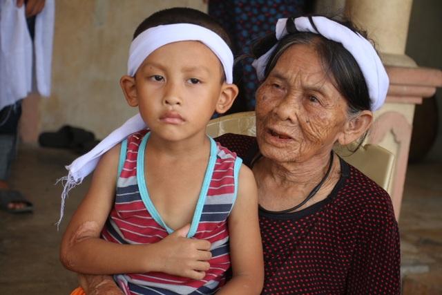 Bà Thân Thị Chung (83 tuổi) như chết lặng khi nghe tin con trai mình gặp nạn