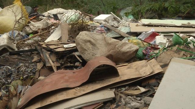 Đối với hơn 30 hộ dân trong khu vực, khốn khổ nhất là những ngày mưa, nước bẩn tràn vào nhà gây mất vệ sinh nghiêm trọng, làm hỏng đồ đạc, vật dụng.