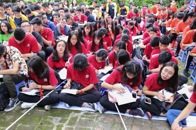 Học sinh chăm chú học bài