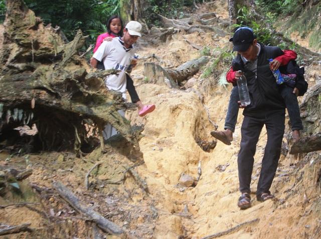 Gian nan con đường cõng chữ đến trường của các thầy cô giáo trường Krong