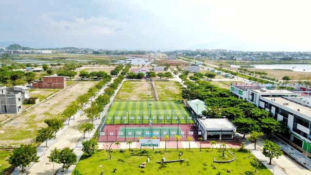 Golden Hills có đầy đủ các tiện ích như sân bóng, sân tennis, khu vui chơi cho trẻ em,… đã tạo nên sự phát triển đồng bộ cho toàn khu đô thị. Chính điều này, đến nay, Golden Hills đã thu hút khá đông dân cư đến sinh sống