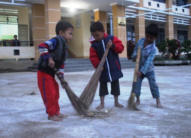 Những em học sinh không có dép phải đi chân trần giữa mùa đông lạnh