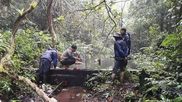 Thầy giáo trường PTDTBTTHCS Ch'ơm sửa chữa nước sinh hoạt trên đỉnh núi Chơm