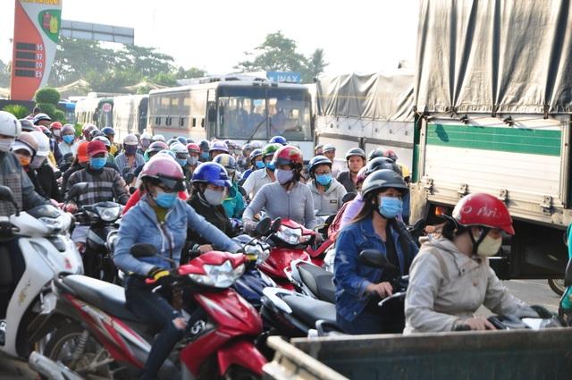 Tài xế trả tiền lẻ, trạm BOT tuyến tránh Biên Hòa xả trạm vì ùn tắc - 3