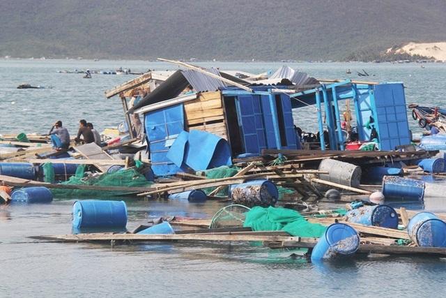 Lồng bè nuôi trồng thủy sản tại huyện Vạn Ninh (Khánh Hòa) tan hoang sau bão số 12